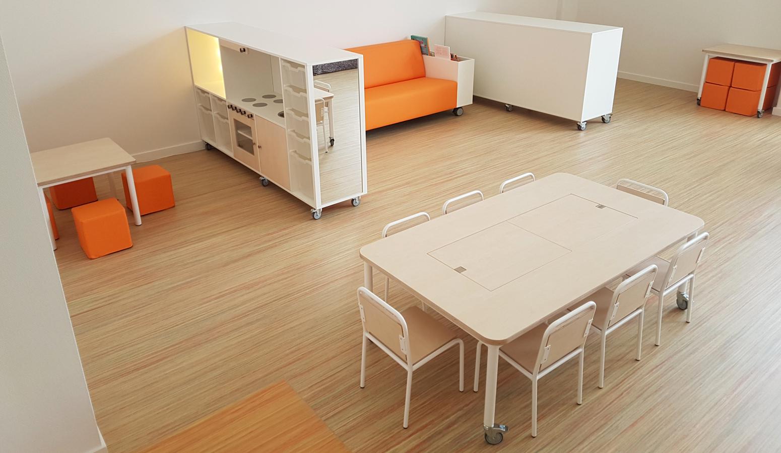 Kinderstoel Om Aan Tafel Te Hangen.2kick Meubelfabriek Combitafel Met Themabakken En Afdekplaten