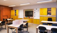 Multifunctioneel-klaslokaal-wand-geel