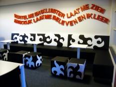 Zwart Wit Bank en Hockers met Rode Tekst ad Muur