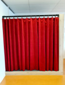2KICK Theaterpodium Brandwerende Gordijnen Vloerbedekking Kapstok Gordijnen Gesloten 2