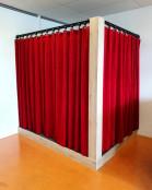 2KICK Theaterpodium Brandwerende Gordijnen Vloerbedekking Kapstok Gordijnen Gesloten