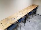 2KICK Wand met Bartafels Doorlopende Print Barstoel Industrie Zitting en Rug Blauw